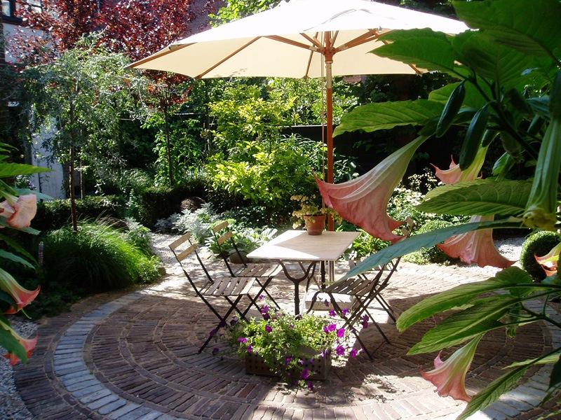 Klassieke tuin met trampoline aleid westenberg tuindesigns - Outs zwembad in de tuin ...